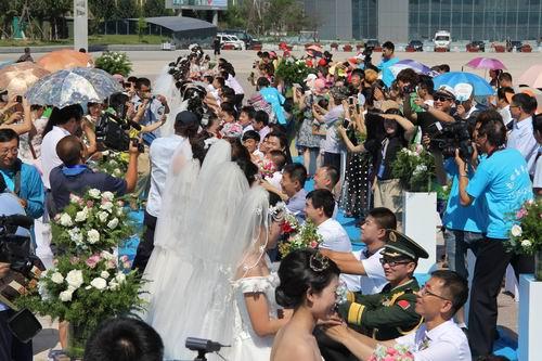 牵手泳博会—葫芦岛百名青年创意集体婚礼举行
