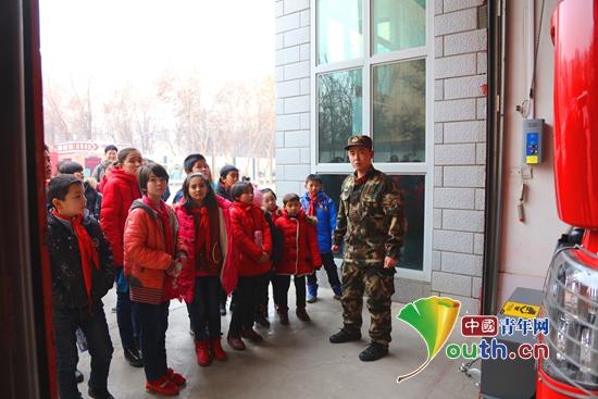 小朋友一起走进高昌区消防中队拓展消防安全知识。吐鲁番市团委 供图