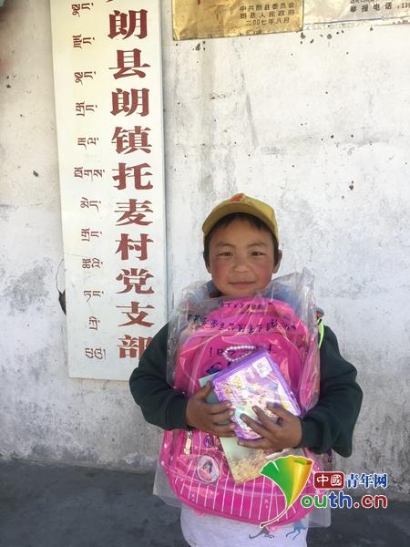图为收到爱心礼物的托麦村的孩子。林芝团市委 供图
