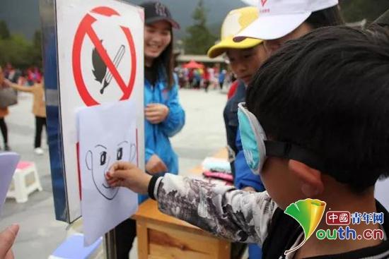 图为在游园活动中,林芝市的孩子在体验盲人贴鼻子游戏。林芝团市委 供图
