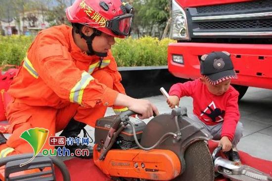 活动现场,林芝市消防员与孩子们一起操作消防设备。林芝团市委 供图