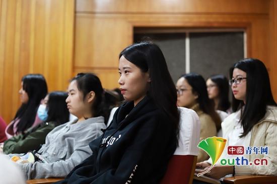图为华中农业大学大学生在认真听报告。华中农业大学团委 供图