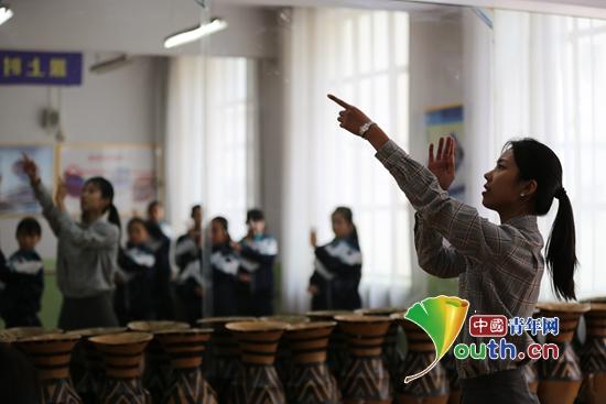 兰州大学研支团在广河县实施智慧课堂项目助孩子们快乐成长。兰州大学团委 供图