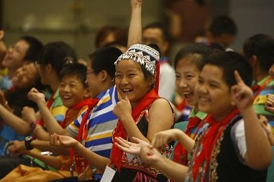"""手拉手 心连心 一家亲""""各族少年手拉手""""夏令营在上海举行; 手拉手 心"""