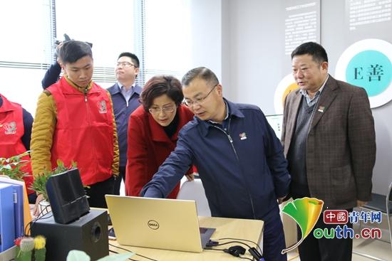 与会领导参观贵州省志愿服务项目孵化中心。贵州省团委 供图