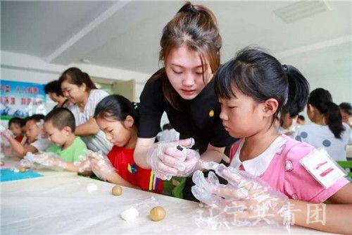大连市中山区华乐社区组织辖区青少年手工制作月饼