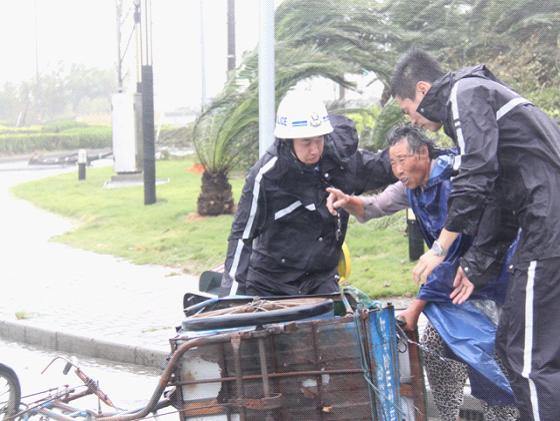 """金山千名青年志愿者全力参与抗击台风""""海葵"""""""
