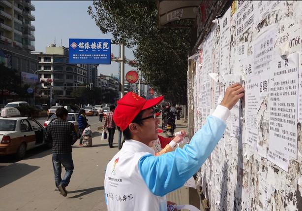 黔西/志愿者们在公交站点引导乘客文明排队,主动帮助老人、残疾人...