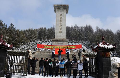 团长白县委组织中小学生缅怀革命先烈清明节祭扫活动