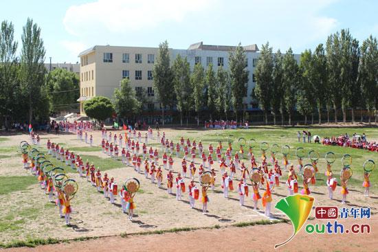 中国青年网北京6月1日电(记者李彦龙 通讯员孙明)近日,新疆自治区特克斯县第二届少先队鼓号队大赛在县第五小学火热进行。本次比赛由特克斯县团委、教育局、少工委联合举办,全县各中小学校有10支参赛代表队共计800余名少先队员参与了本次比赛。  特克斯县第二届少先队鼓号队大赛在县第五小学举行。图为整齐划一的入场仪式。 孙明 摄   比赛现场气氛活跃,如火如荼。庄严而不乏创新的入场仪式,引得现场阵阵喝彩;一支支参赛队伍嘹亮的号声、整齐的鼓点、豪迈的步伐、多样的队形,引领现场朝气蓬勃、激情四射。大赛经过激烈角逐