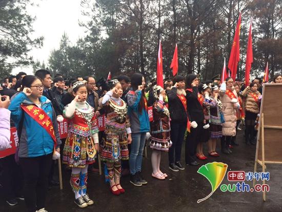 融水县团员青年、少先队员在革命烈士墓前庄严宣誓做合格共青团员。