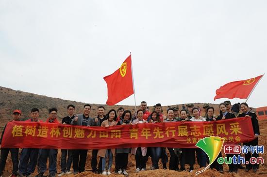 参加学雷锋植树活动的田阳县青年志愿者在活动现场合影。田阳县团委 供图