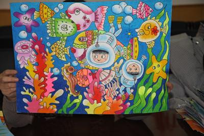 河北少年展才艺 用画笔关爱海洋图片