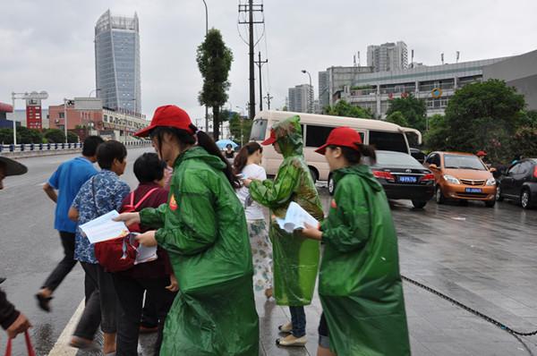 """团情快报 >> 正文    活动中,文明礼仪宣讲导师向市民讲授""""礼貌言谈"""