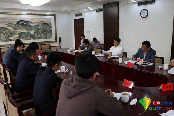 团中央书记处书记傅振邦与第五期中职学校优秀毕业生代表座谈.
