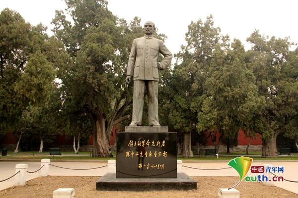 伫立在北京中山公园中的孙中山塑像。中国青年网记者白梦帆 摄
