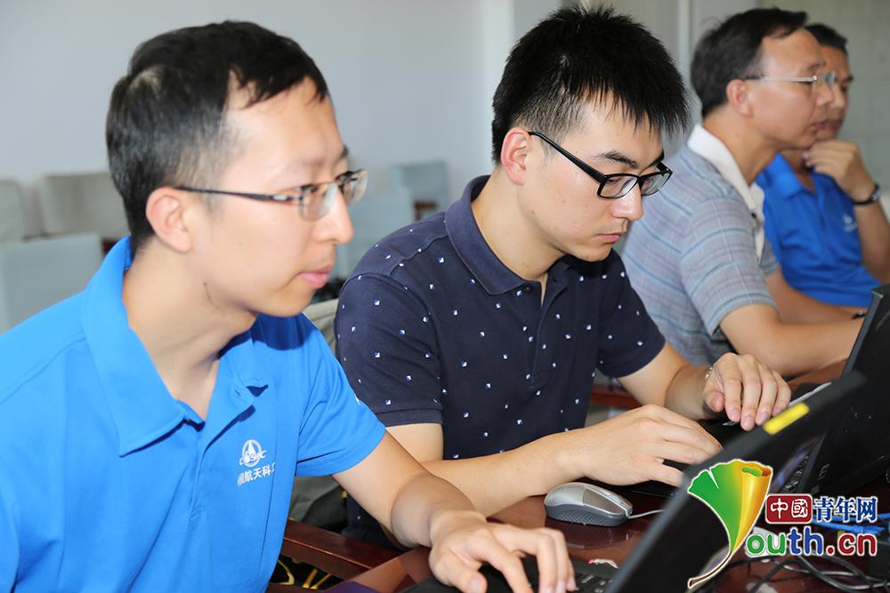 中国航天科工二院二部张奕群研究室主任设计师熊华(左一)与团队成员在一起。本人供图