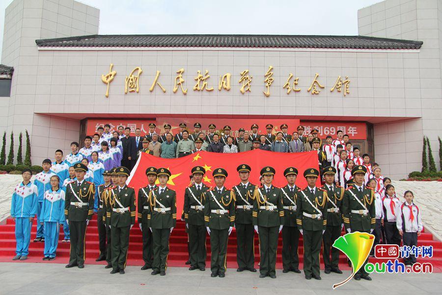 火红青春耀国旗:全国高校升旗手向烈士致敬图片