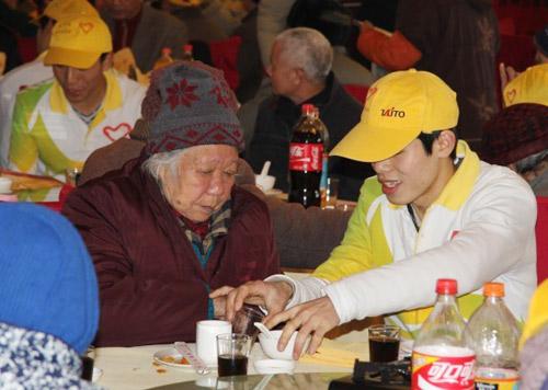 青年志愿者帮助老人用餐
