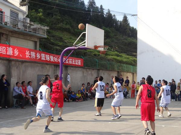 中国青年网讯 5月2日下午,绍濂中心校操场上人头攒动,一声声呐喊声在深山里回荡。这里,正在举办绍濂乡、长陔乡篮球爱好者团支部友谊赛,场上的选手来自绍濂乡、长陔乡的大学生村官、党政机关、民营企业等行业和群体的篮球爱好者。   为丰富青年文化生活,庆祝五四青年节,展现新建实体化大团委活力,以活动团结凝聚青年,绍濂乡团委主动与毗邻乡镇长陔乡团委举办了此次篮球爱好者团支部友谊赛,并邀请团县委现场指导。团县委书记冯腾海,绍濂乡、长陔乡党政主要领导出席。    去年11月,绍濂乡实施实体化大团委建设以来,乡团