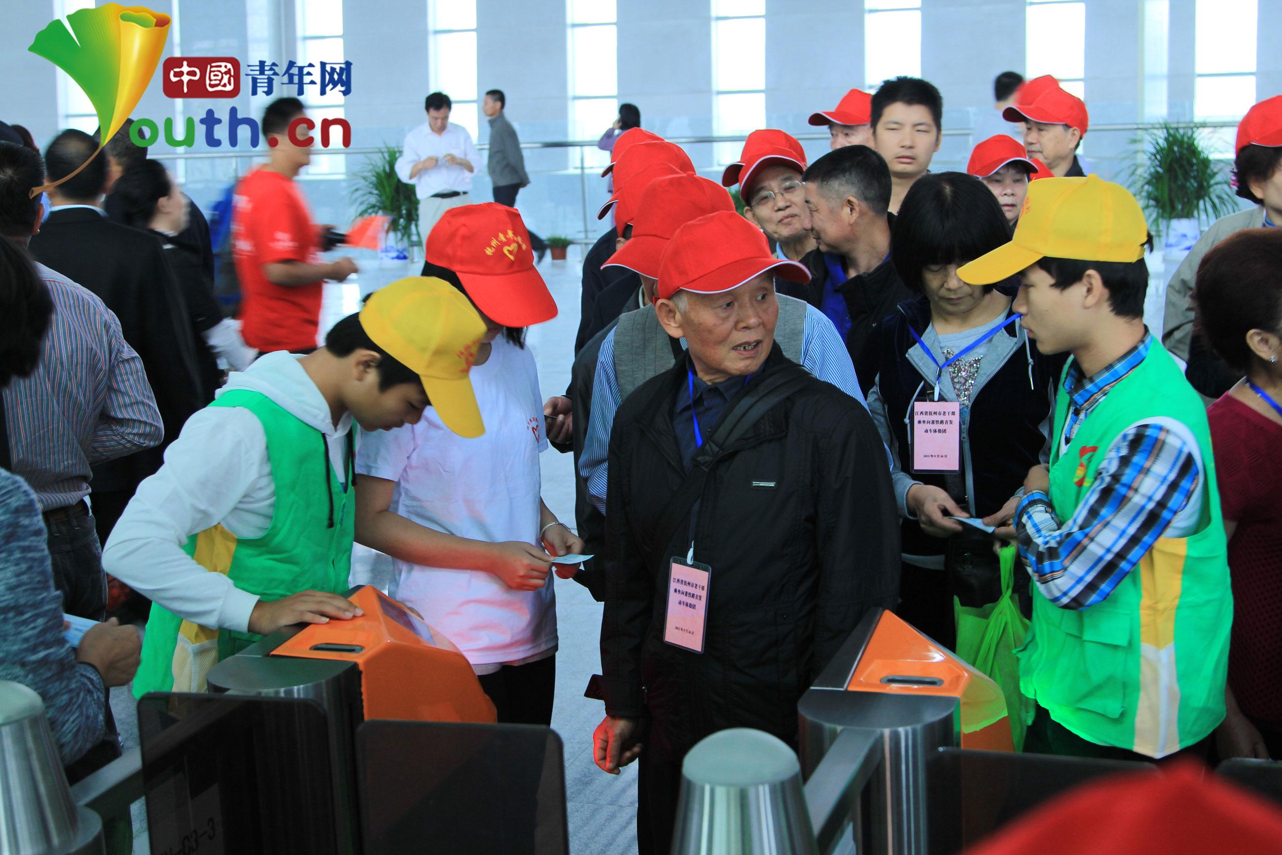 来自临川二中国际班、江西中医药高专的40名青年志愿者参加首运志