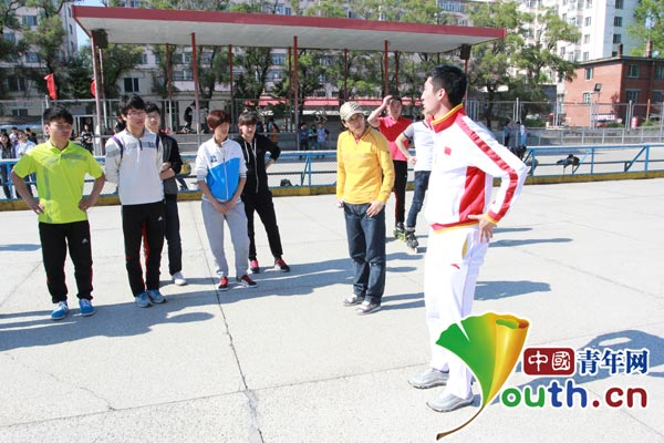 武大靖还来到佳木斯大学体育馆和轮滑场地与体育学院