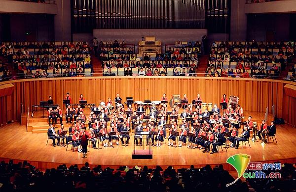 2015年12月15日,东城区培新小学在国家大剧院举办童年 童曲 童趣东城区培新小学第四届竹娃管乐团新年专场音乐会。培新小学竹娃管乐团近150名演员在历时80分钟的音乐会上不仅演奏了《小叮当》、《花仙子》、《小苹果》等孩子们喜爱的动画片插曲及流行音乐作品,还演奏了《天空之城》、《拯救世界》、《蓝色山脉传奇》等中外名曲。   该校艺术教育负责人介绍到,参加本次演出最小的乐手还不到8岁,学习管乐还不到一年就已经能在国家大剧院的舞台上展示风采了。这充分体现了学校从需求出发的教育理念,展示了学